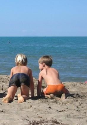 giochi-da-spiaggia-a-squadre-per-bambini-le-biglie