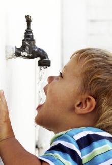 quanta-acqua-deve-bere-un-bambino