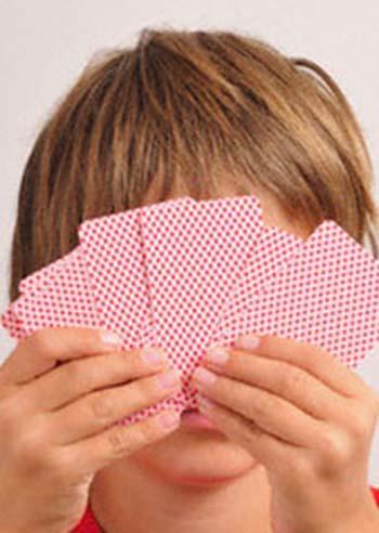 bambini-giocare-a-carte-sotto-l-ombrellone